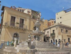 義大利陶爾米納 Taormina (西西里語 Taurmina) 必玩 - Fontana di Piazza Duomo = Four Fountain 半人馬座噴泉