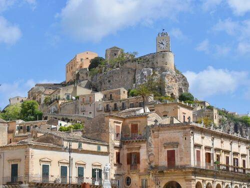 義大利莫迪卡 = 莫迪克 Modica (西西里語 Muòrica)必玩 - Castello dei Conti 莫迪卡城堡