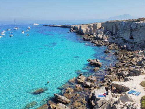 義大利法維尼亞納島 Isola di Favignana (西西里語 Faugnana) 必玩 - Scogliera di Cala Rossa 卡拉羅薩海灘