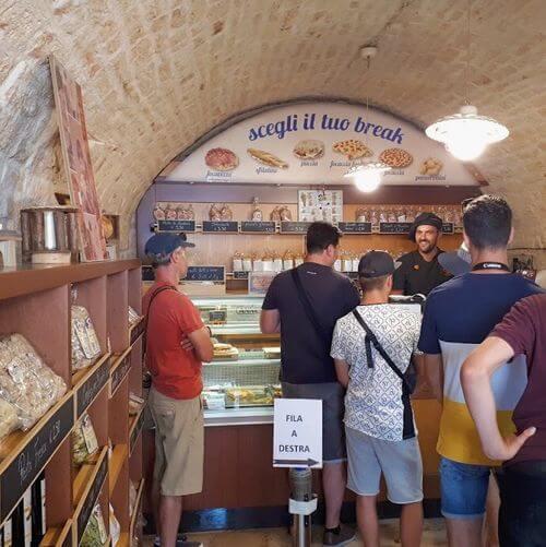 義大利阿爾貝羅貝洛 Alberobello (巴里方言 Ajarubbédde)必吃 - La Lira Focacceria