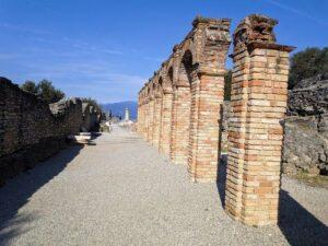 義大利威尼斯 錫爾苗內 = 西爾苗內 = 西米歐尼 Sirmione (威尼斯語 Sirmion) 必玩 - Grotte di Catullo e Museo Archeologico di Sirmione 卡圖盧斯石窟