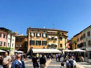 義大利威尼斯 錫爾苗內 = 西爾苗內 = 西米歐尼 Sirmione (威尼斯語 Sirmion) 必玩 - Piazza Carducci 卡杜奇廣場